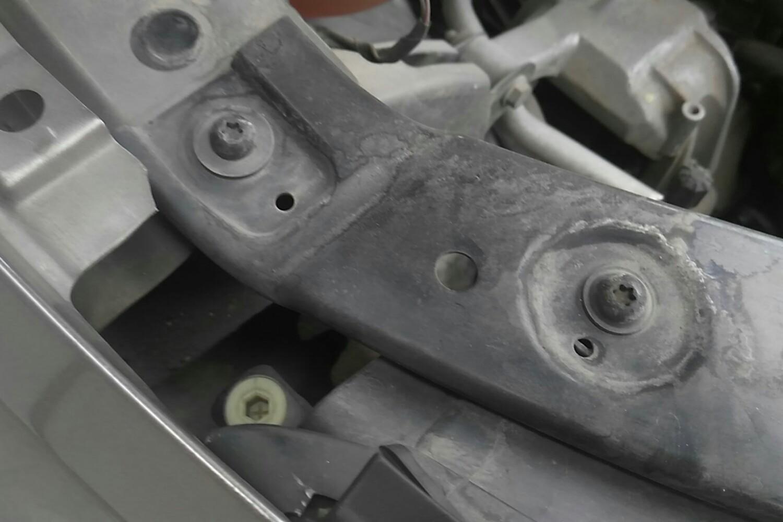 发动机舱 右前车门裙边 右前车门裙边 5cm~10cm以内磨损 后备箱盖内部