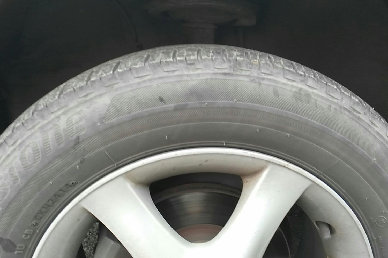 小于20%轮胎花纹深度