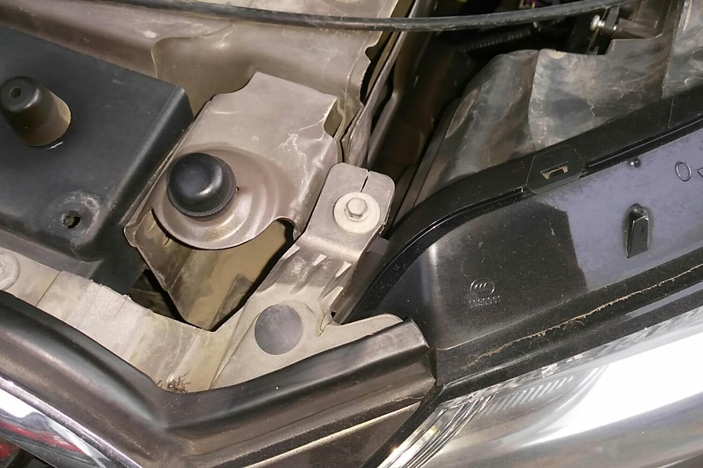 发动机舱 打磨痕迹 打磨痕迹 发动机舱 右前车门裙边 左侧水箱框架