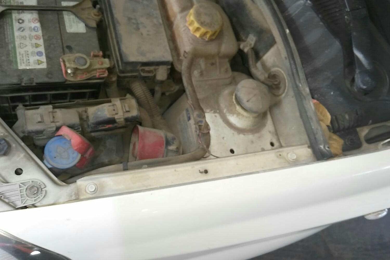 4 手动 sl基本型( 白色 )  车架号 车架号 拆卸脱漆 发动机盖右侧铰链